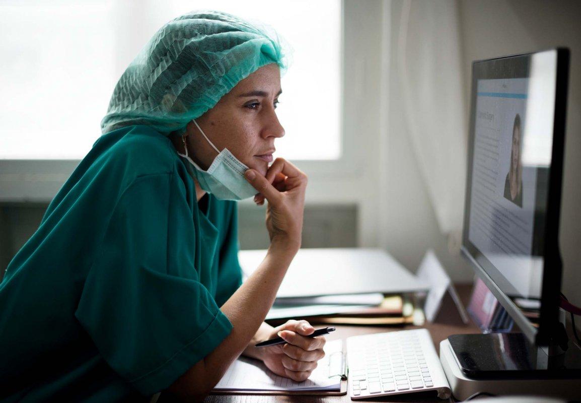Eine ausländische Pflegekraft lernt online
